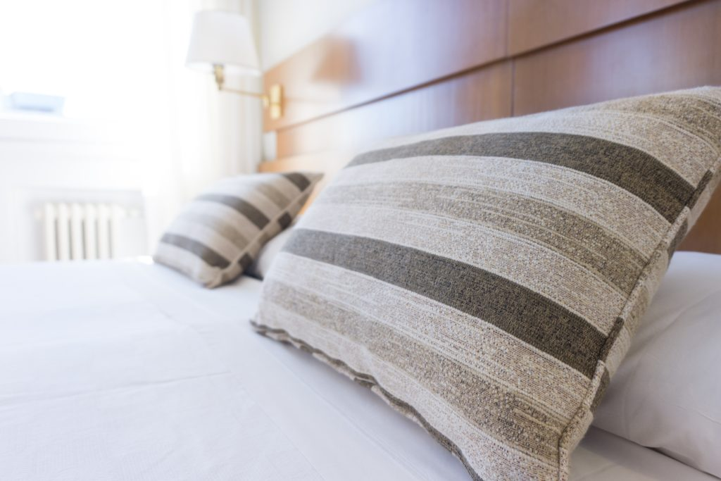 hotel-bed-pillows-1024x683